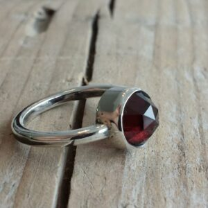 Ring with garnet Edelsmid Maureen Centen