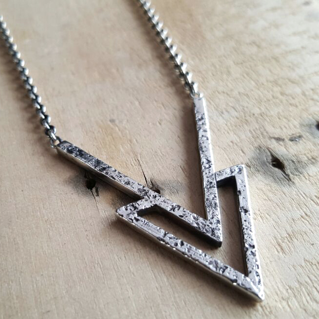 Handcrafted jewelry design / RAW collection by Atelier Maureen Centen / Edelsmid / Sieraadontwerp Eindhoven / Triangle necklace
